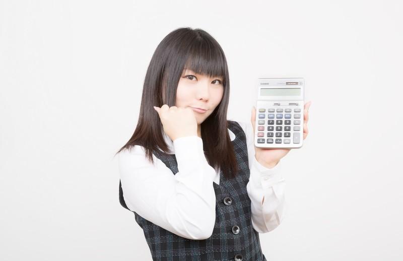 貯金のコツを教える女性