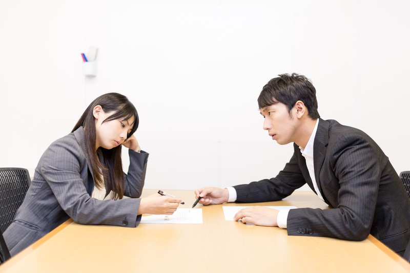 仕事と時間を共有するカップル