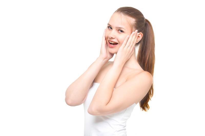 泣かない笑顔の女性