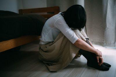 人との縁が切れて悲しむ女性