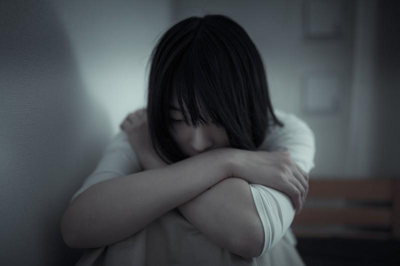 ストレスが原因で苦しむ女性