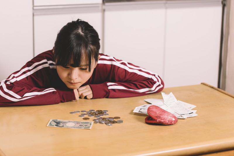 節約で疲れる女性