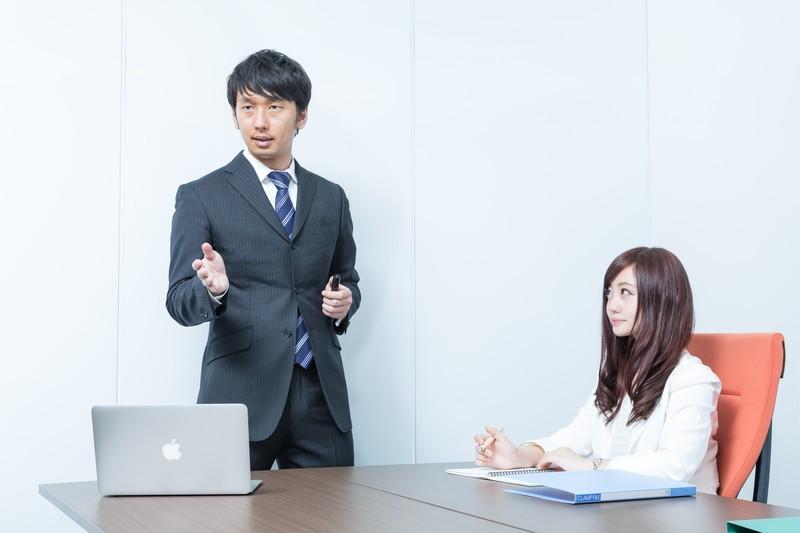 恋人の仕事ぶりを見る女性