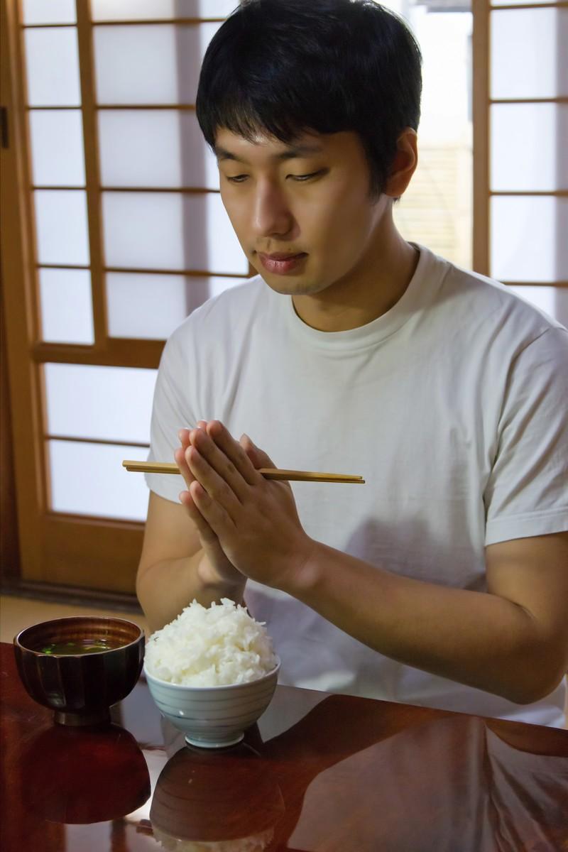 ゆっくり食べる男性