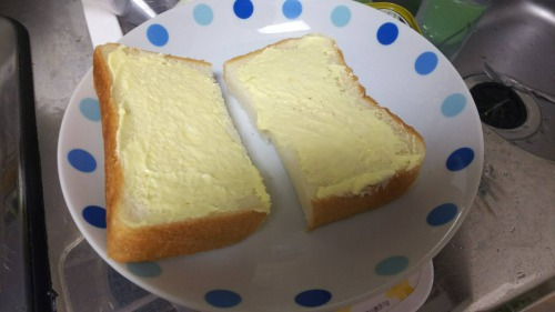 パンにバターを塗って準備
